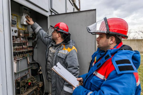 Elektriker in Schutzanzuegen