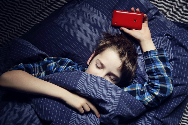 Handys strahlen starke elektromagnetische Felder aus - und sind immer in unserer Nähe