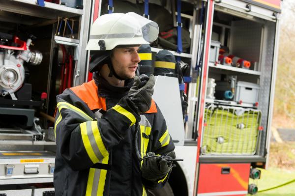 Feuerwehrmann am Funkgeraet