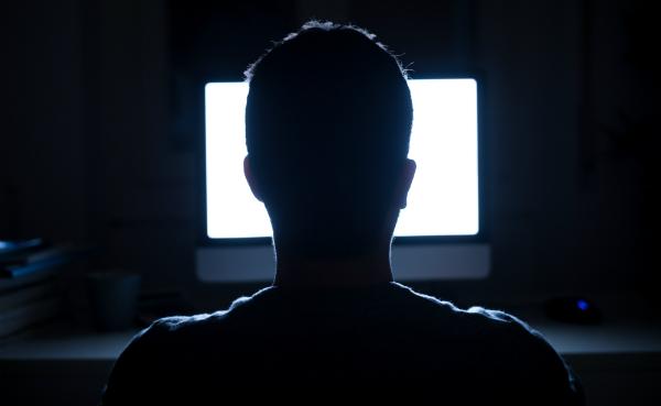 Wer zu viel Zeit vor dem Monitor verbringt, fügt seinen Augen Schaden zu