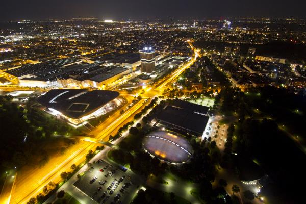 Straßen, Haus und Fahrzeugbeleuchtung führen zur Bildung von Lichtsmog