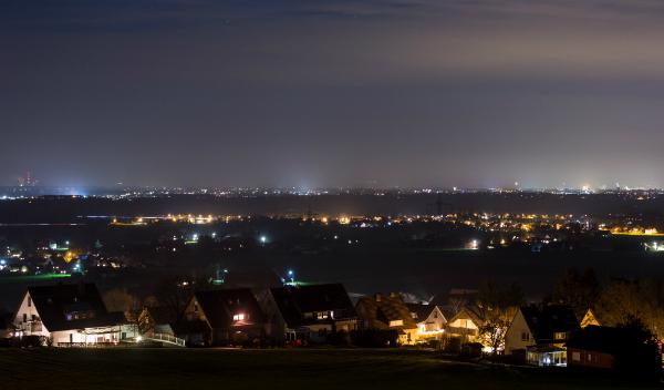 Städte sorgen mit ihren Lichtmengen dafür, dass der Nachthimmel hell erscheint (Lichtverschmutzung)