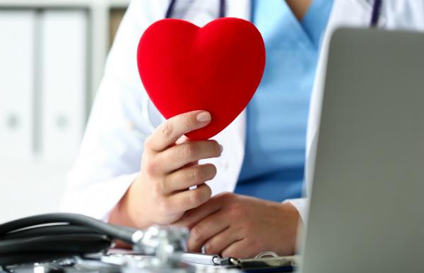 Ein Herzschrittmacher reguliert die Schlagfrequenz, wenn es zu Anomalien kommt