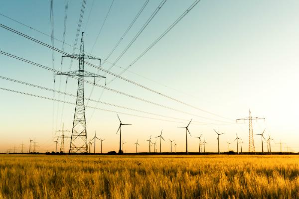 Strommasten und Windraeder