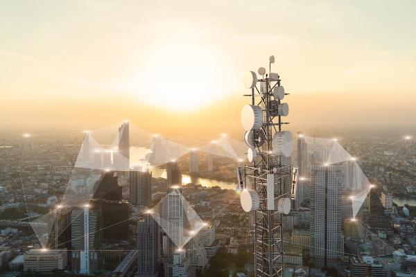 Telekommunikationsturm mit Antenne des Mobilfunknetzes 5G