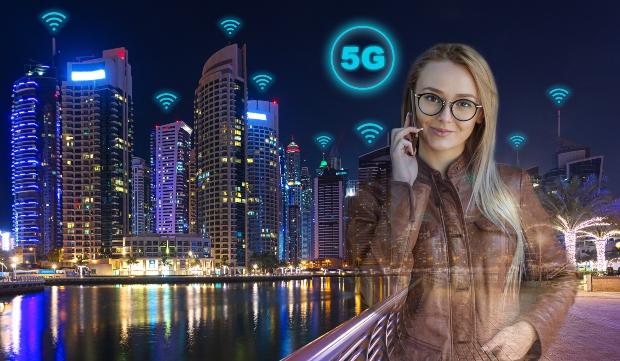 Junge Frau mit Handy in einer 5G Umgebung