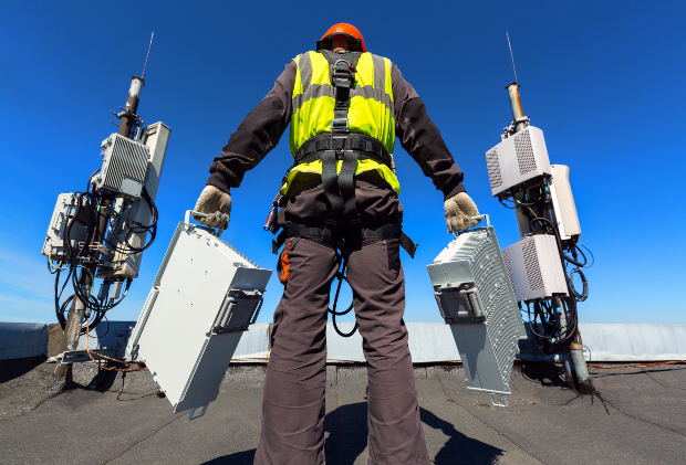Handwerker kümmert sich um 2 5G-Funkmasten
