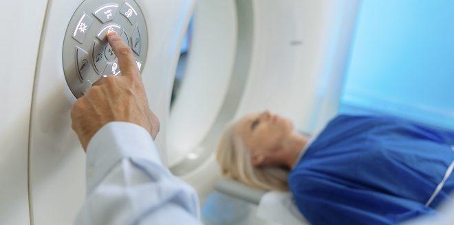Frau im CT Scan - Verursacht 5G Strahlung Krebs?