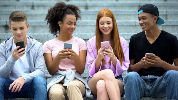 99 Prozent der Jugendlichen verfuegen inzwischen ueber ein eigenes Handy