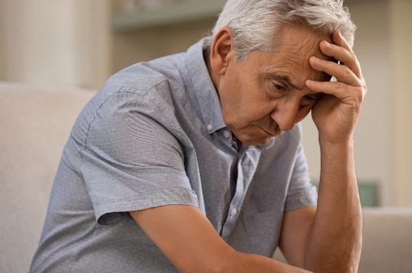 Deprimierter aelterer Mann zu Hause