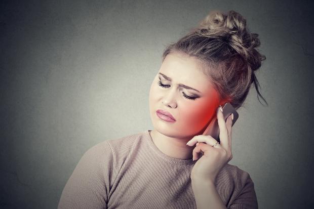 Junge Frau am Handy - die aktuelle Smartphone-Generation