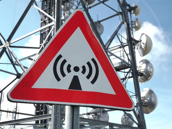 Gefahr elektromagnetischer Wellen Schild