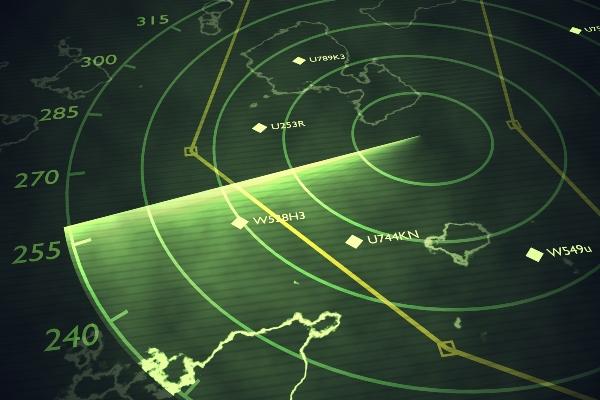 militaerischer Radarschirm scannt den Flugverkehr