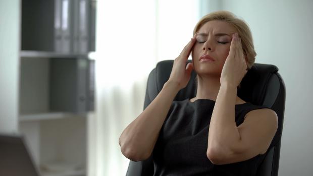 Frau mit Kopfschmerzen - Effektiver Schutz vor 5G-Strahlung ist notwendig