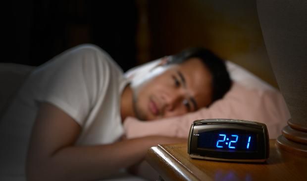 Mann leidet unter Schlaflosigkeit - Effektiver Schutz vor 5G-Strahlung kann Abhilfe schaffen