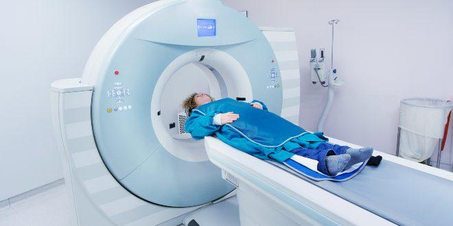 Frau beim CT - Röntgenstrahlung ist ionisierende Strahlung