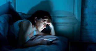 Fra mit Handy im Bett - Ist das Handy am Bett schädlich?