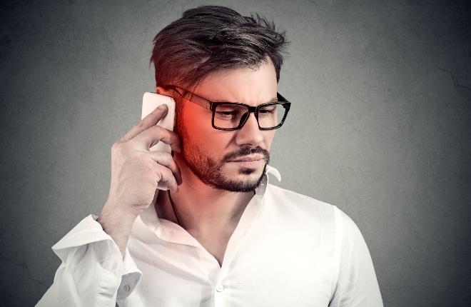 Mann telefoniert mit Handy - Mobilfunkstrahlung im Alltag reduzieren ist sinnvoll