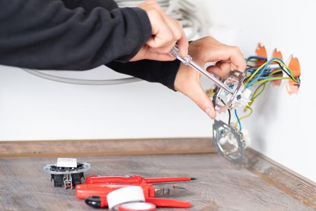 Elektriker installiert Steckdosen