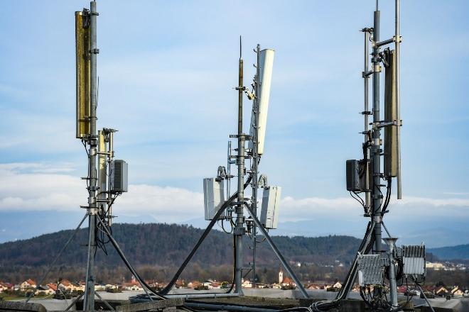 Funkmasten in der Nähe einer Wohnsiedlung - Funkmast-Strahlung birgt Gefahren