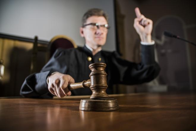 Richter schlägt seinen Hammer auf den Tisch - Funkmast-Strahlung ist auch ein juristisches Thema
