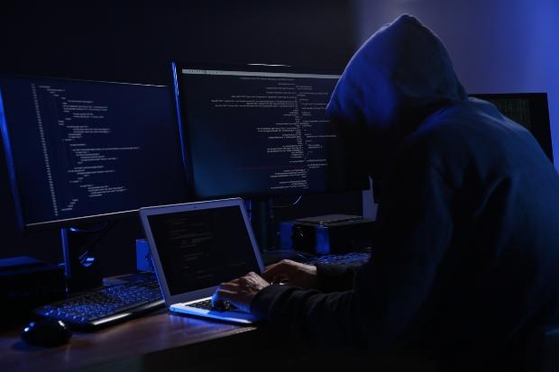 Hacker am Computer - Risiken der neuen Smart Meter-Technik