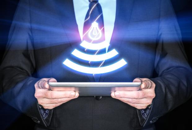Mann mit Laptop - LiFi Verbindung, Lichtmodulation als WLAN-Alternative