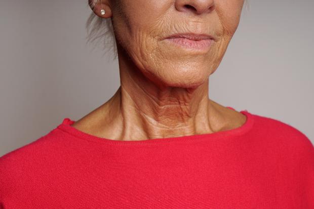 Ältere Dame mit gebräunter Haut, Faltenbildung