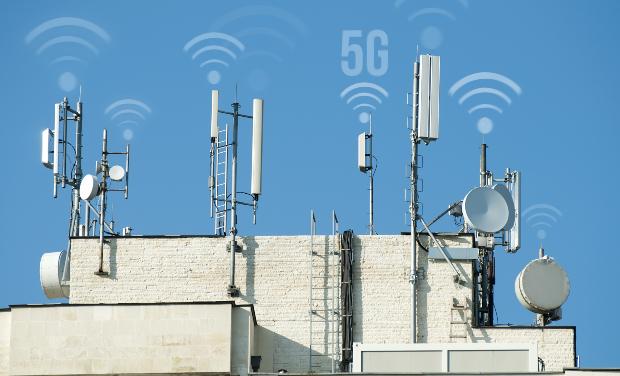 Einige 5G Masten auf Häuserdach
