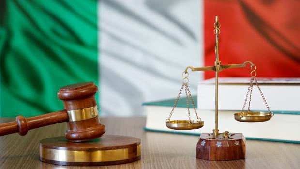 Symbolbild Richterhammer, Italienflagge