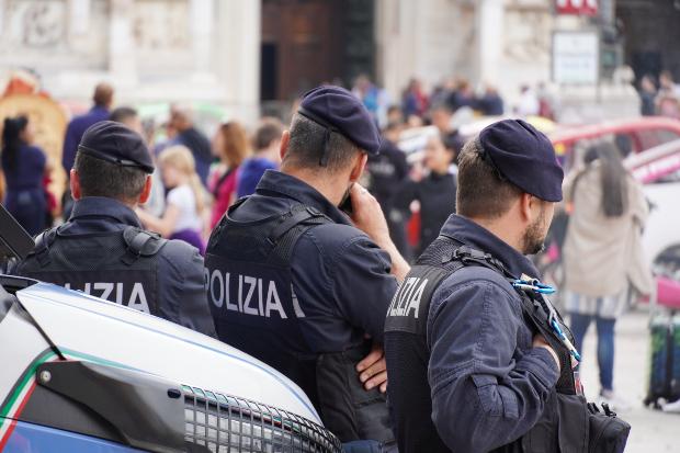 Italieniesche Polizei beobachtet Menschen