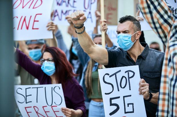Menschen die gegen 5G protestieren