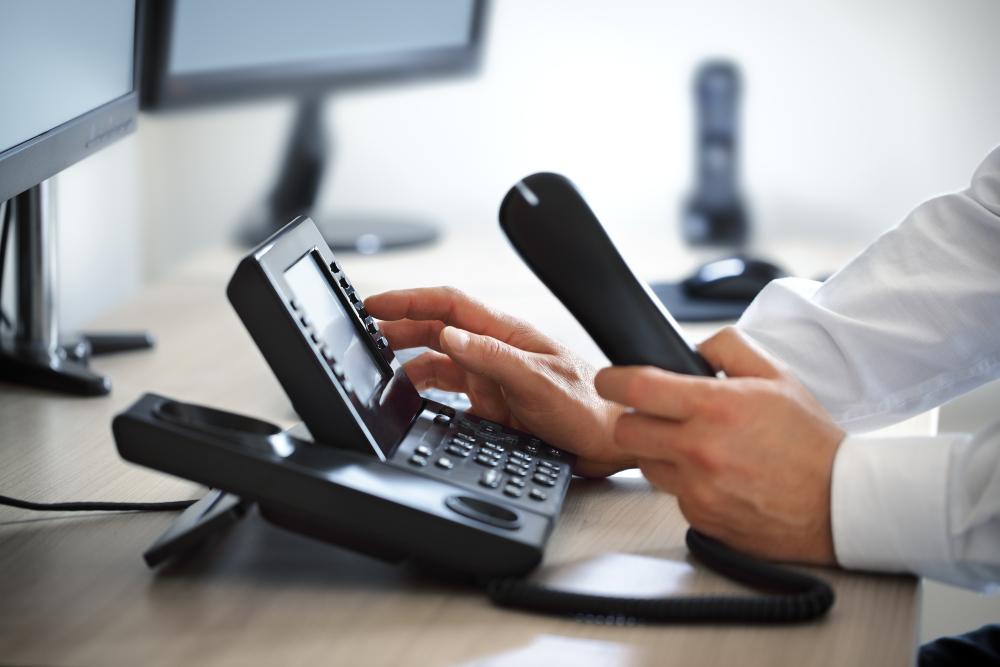 Mann telefoniert mit einem modernen Telefon